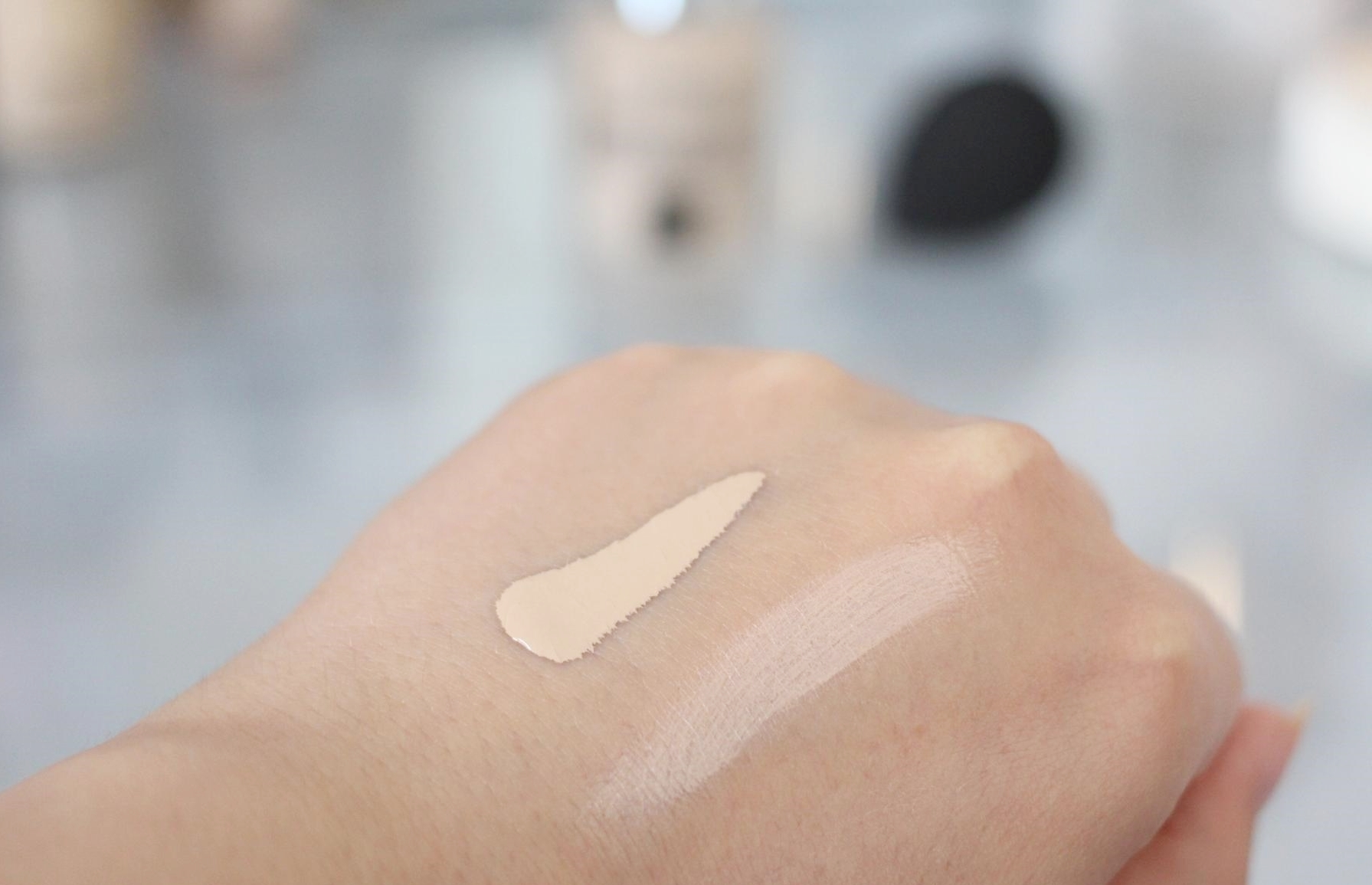 "Swatches Catrice HD Liquid Coverage Foundation ""010 Light Beige"""